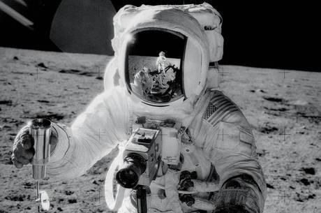 Alan Bean recolhe amostra de solo lunar