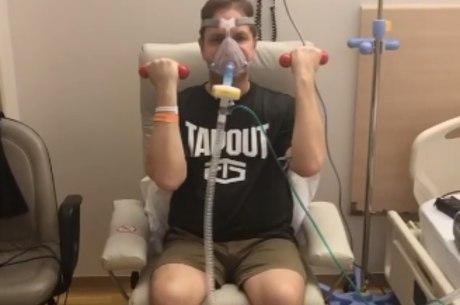 Alank fazendo fisioterapia respiratória