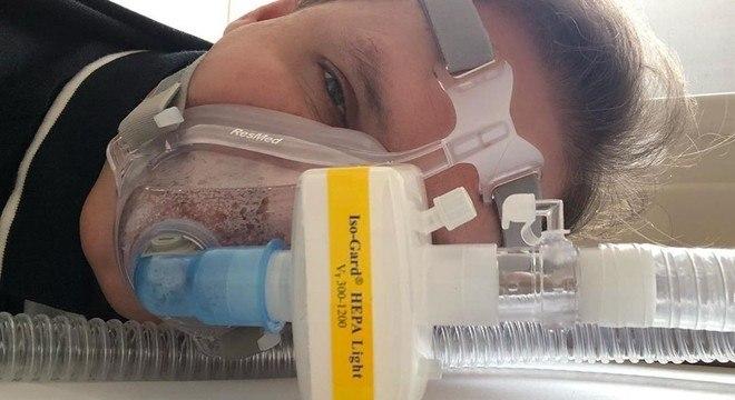 """""""Não se assustem! Essa é a máscara faz parte da minha fisioterapia respiratória"""""""