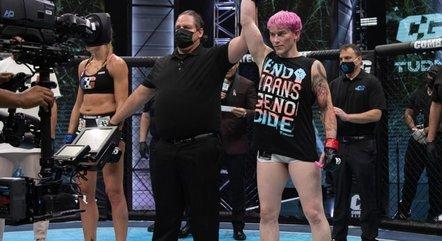 Atleta trans vence luta contra mulher em estreia no MMA