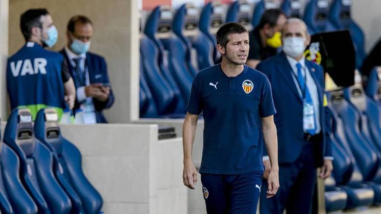 Albert Celades: Treinador espanhol de 45 anos. Treinador adjunto no Real Madrid e na seleção da Espanha, assumiu como técnico do Valencia (ESP) em 2019, mas acabou saindo depois de resultados ruins na volta do futebol após a parada pela pandemia de covid-19