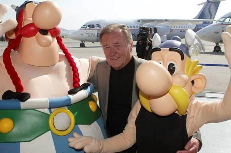 Albert Uderzo ao lado dos personages Asterix e Obelix
