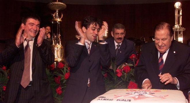 Andrés Sanchez e Kia cantando 'parabéns a você' a Dualib. O Corinthians era 'dele'