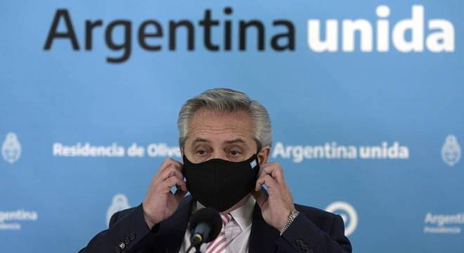 Presidente da Argentina, de máscara, anuncia a produção de vacina de Oxford no país
