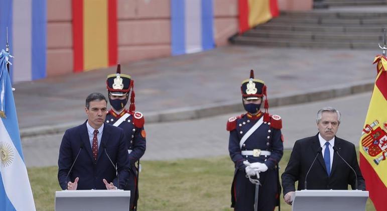 Presidente argentino (d) recebeu Pedro Sanchez na Casa Rosada nesta quarta (9)