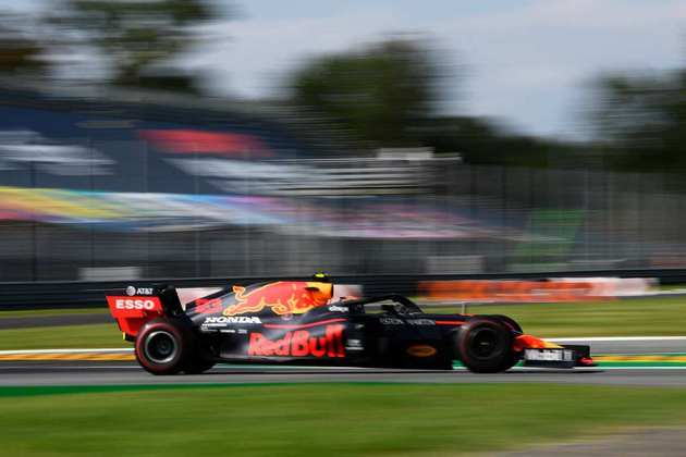Albon também foi punido por não dar espaço a Grosjean em uma disputa no início da corrida