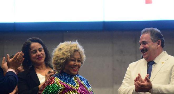Alcione vestiu uma gola de caboclo de lança, após receber o título de cidadã pernambucana