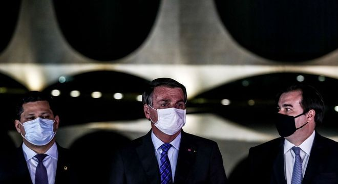 O presidente Bolsonaro, entre Davi Alcolumbre e Rodrigo Maia