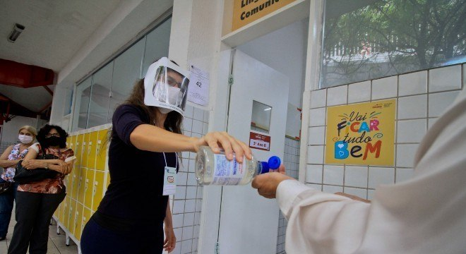 Uso de máscara e o álcool em gel são obrigatórios nos locais de votação