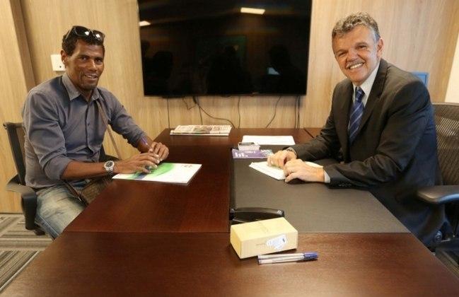 Aldair - Atualmente, o ex-zagueiro (á esquerda na foto) que foi titular na campanha do tetra é jogador de futevôlei (Foto: Rafael Ribeiro/CBF)