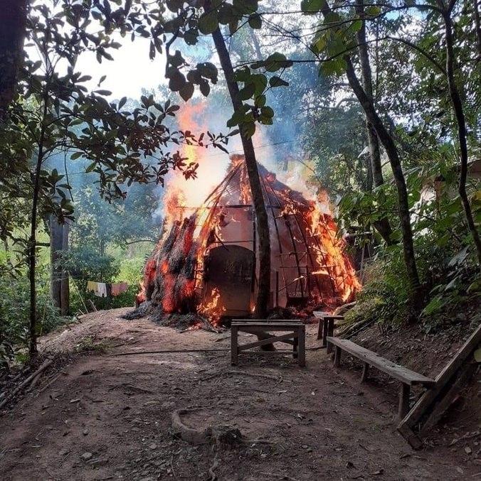 Incêndio atingiu duas casas na aldeia Filhos da Terra, em Guarulhos (SP)