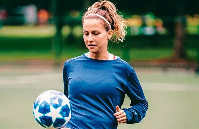 """Alê Xavier - Uma das estrelas do Desimpedidos e protagonista do canal """"Passa a Bola"""" ao lado de Luana Maluf, a influenciadora sempre aparece nas redes sociais com a camisa do seu time do coração, o São Paulo."""