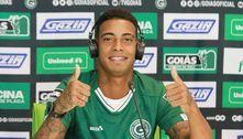 Artilheiro do Carioca comete gafe em apresentação no Goiás
