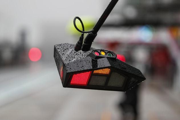 Além da chuva, a densa neblina permaneceu e tornou impossível a decolagem do helicóptero médico, caso fosse necessário, e isso impede, por regulamento, qualquer tipo de atividade de pista de acordo com o regulamento da Fórmula 1