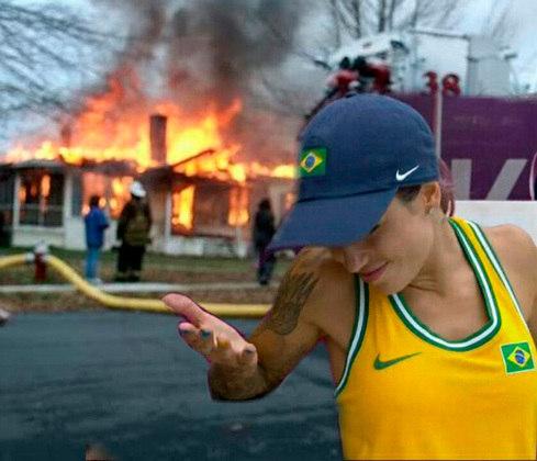 Além de medalhas e fortes emoções, os Jogos Olímpicos de Tóquio trouxeram uma treta que agitou as redes sociais. Leticia Bufoni causou desconforto no casal Gabriel Medina e Yasmin Brunet, e o assunto acabou bombando. Confira a sequência na galeria! (Por Humor Esportivo)