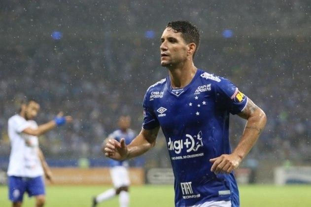 Além de pedir para rescindir seu contrato com o Cruzeiro, Thiago Neves cobrou falta de pagamento de três meses de salários, sete meses de direitos de imagens, encargos trabalhistas e bonificação por título (além de ameaças que recebeu da torcida). O montante girava em R$ 16 milhões.