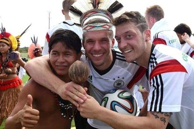 Além de Podolski, Mesut Ozil e Batian Schweinsteiger foram os mais animados na visita aos índios pataxós. Tiraram fotos com adereços e cocares, que representam a indumentária indígena.