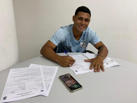 Além de Robinho, o Santos acertou a contratação do meia Alex Fernandes para a equipe sub-20. Ele, que estava no Atlético-MG, assinou um contrato profissional por duas temporadas com a equipe santista.