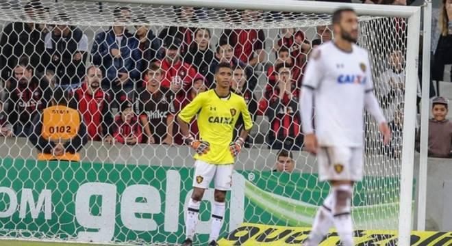 Além de ter sofrido uma goleada por 4 a 0 para o Atlético-PR, o Sport viu o goleiro Magrão lesionar o antebraço e ficar de fora do restante da temporada. A situação aconteceu