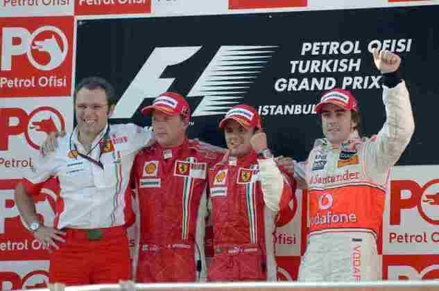 Além dele, Kimi Räikkönen e Fernando Alonso subiram ao pódio. Lewis Hamilton ficou em quinto após furo de pneu.