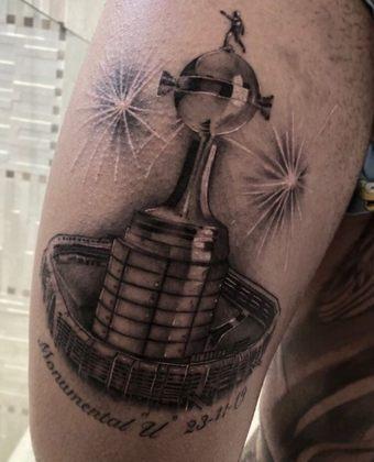 Além dele, outros jogadores que conquistaram o torneio com o Flamengo também fizeram a tatuagem. O atacante Gabigol foi um deles