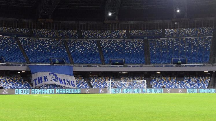 Além disso, o Estádio San Paolo, na cidade de Nápoles, foi decorado com imagens, cartazes e faixas de Diego. Uma foto do astro ficou em exibição no telão durante toda a partida. Aos 10 minutos, os jogadores pararam o jogo para bater palmas.
