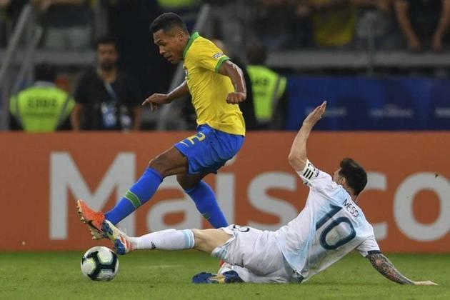 Além dos cinco duelos que travaram, Neymar e Messi tiveram outras oportunidades de se enfrentarem. Na semifinal da Copa América de 2019, o Brasil enfrentou a Argentina, mas como Neymar estava lesionado, não participou da competição. A seleção brasileira venceu por 2 a 0 e, depois de vencer o Peru na final, foi campeão