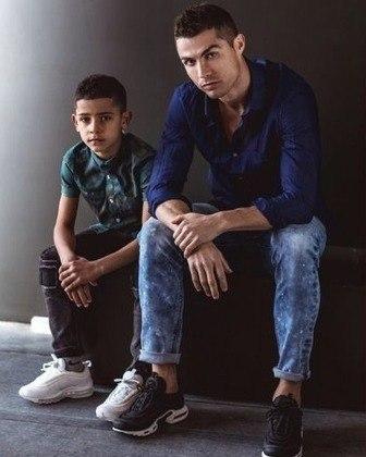 Além dos perfumes, Cristiano Ronaldo também tem uma linha de calças jeans.