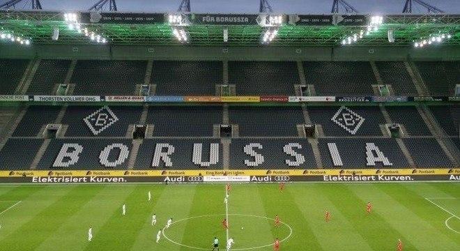 Anúncio de volta futebol na Alemanha.  Dirigentes  brasileiros comemoram