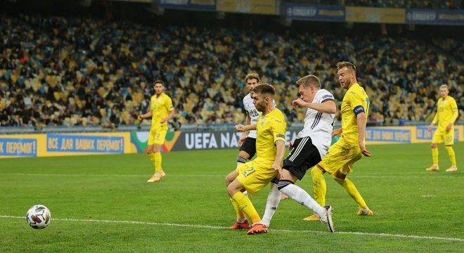 Com público, em Kiew, o gol de Ginter contra a Ucrânia