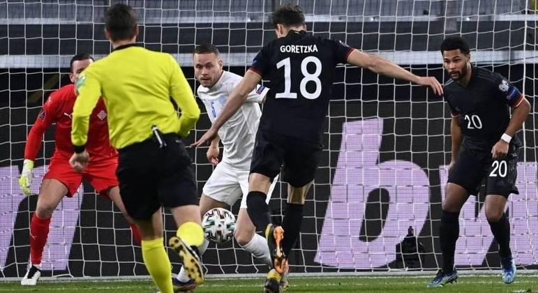 O momento do arremate de Goretzka, Alemanha 1 X 0 aos 4' da peleja