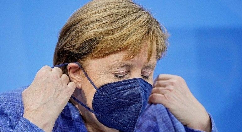 A primeira-ministra alemã Angela Merkel se preocupa com a variante Delta
