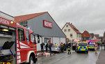 Policiais e socorristas atendem a cena de um atropelamento durante parada de carnaval em Volkmarsen, na Alemanha