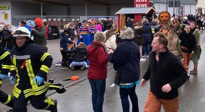 Pessoas correm para socorrer vítimas logo após atropelamento em carnaval na Alemanha