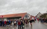 Pessoas correm para socorrer vítimas logo após atropelamento em parada de carnaval na Alemanha