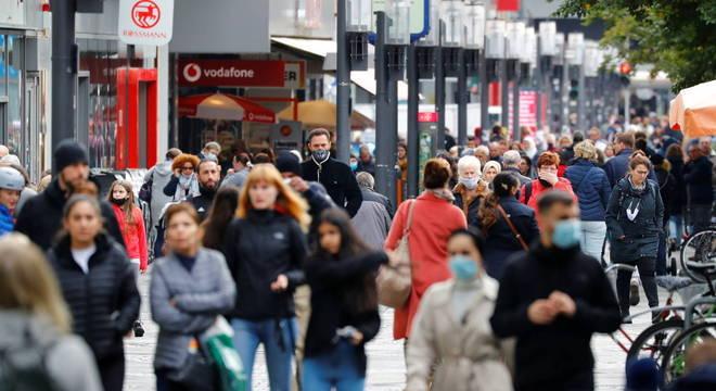 Países europeus vão adotar novas medidas de restrição para conter pandemia