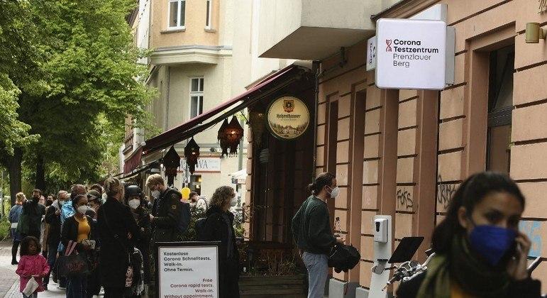 Pessoas fazem fila em centro de testagem alemão