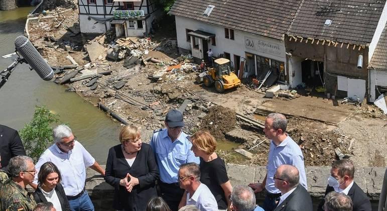 Merkel (ao centro, de blazer preto e blusa branca), prometeu auxílio financeiro rápido
