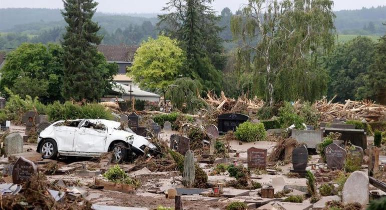 Enxurrada arrastou carro para dentro de cemitério em Bad Neuenahr-Ahrweiler, na Alemanha