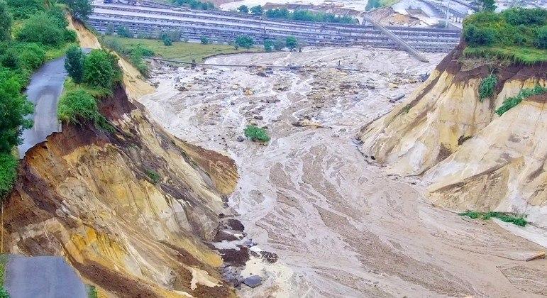 O rio Inde transbordou nesta quinta e a água invadiu uma mina