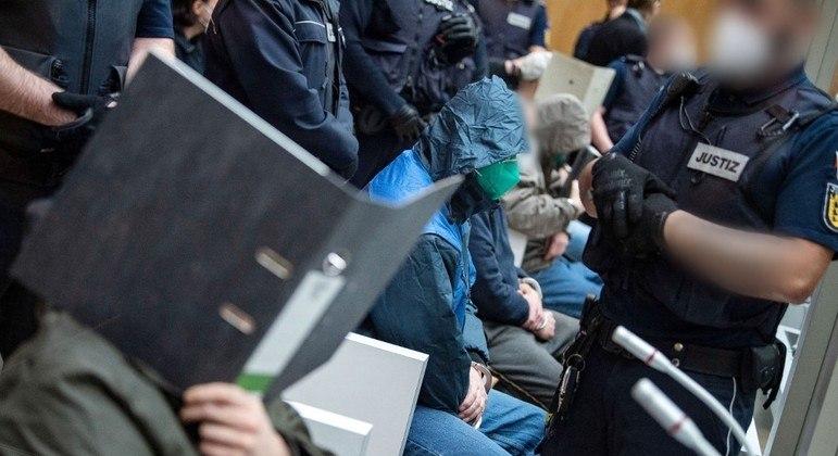 Integrantes do Gruppe S esconderam os rostos na abertura do julgamento, em Stuttgart