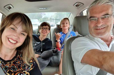 Alessandra com o marido e os dois filhos