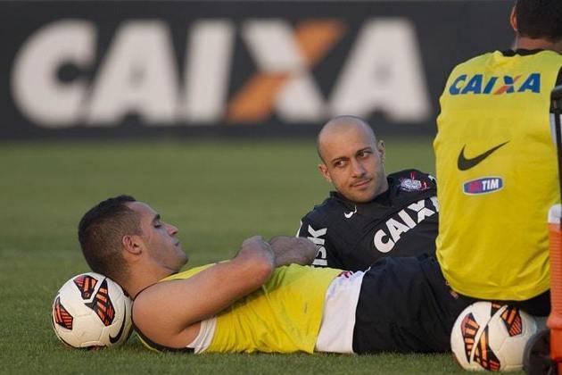 Alessandro - No Corinthians, Renato Augusto foi companheiro do ex-lateral-direito em 2013. Em 2014 e em 2015, teve Alessandro como coordenador de futebol. Hoje, o ex-atleta é gerente de futebol do Timão.