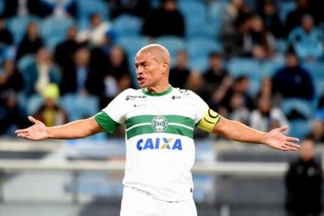 Alex (Coritiba) - Criado nas divisões de base do Coritiba, onde estreou como profissional em 1995, Alex retornou ao Coxa em 2013, após brilhar também com as camisas de Palmeiras e Fenerbahçe, da Turquia. O meia se aposentou em 2014.