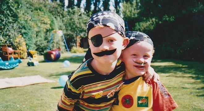 Na infância, Alex era 'lindo, tranquilo e adorado pelo irmão mais novo Thomas'