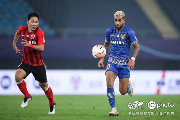 Alex Teixeira (31 anos) - atacante - Time: sem clube (último: Jiangsu Suning) - livre no mercado