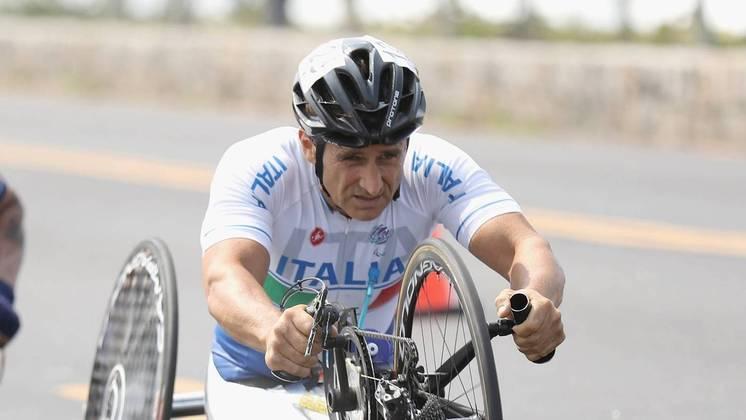 Alex Zanardi: após ter as pernas amputadas, se tornou campeão olímpico na bicicleta de mão e também correu em carros adaptados.