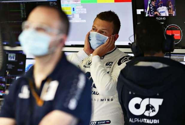 Alexander Albon espera nos boxes antes de ir para a pista neste sábado