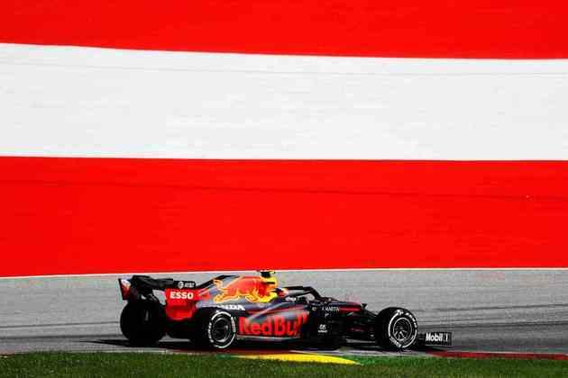 Alexander Albon teve golpe de má sorte ao se envolver em acidente com Lewis Hamilton