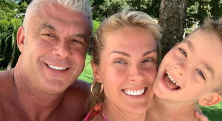 Alexandre Correa usou as redes sociais para celebrar que tomou a primeira dose da vacina contra a covid-19. O marido da apresentadora Ana Hickmann recebeu o imunizante no dia 25 de maio e disse que está muito feliz pela oportunidade de receber o imunizante.